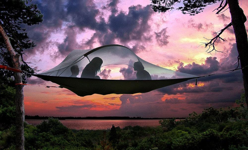 Dormez dans les arbres dans une tente suspendue
