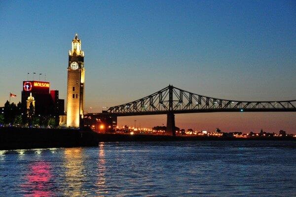 Tour de l'Horloge et le Pont Jacques Cartier au Vieux-Port de Montréal