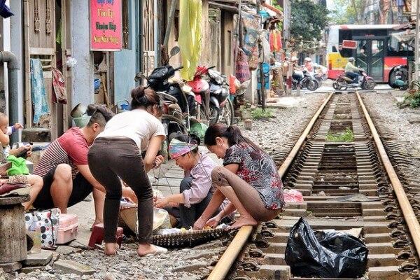 Train Hanoi habitants
