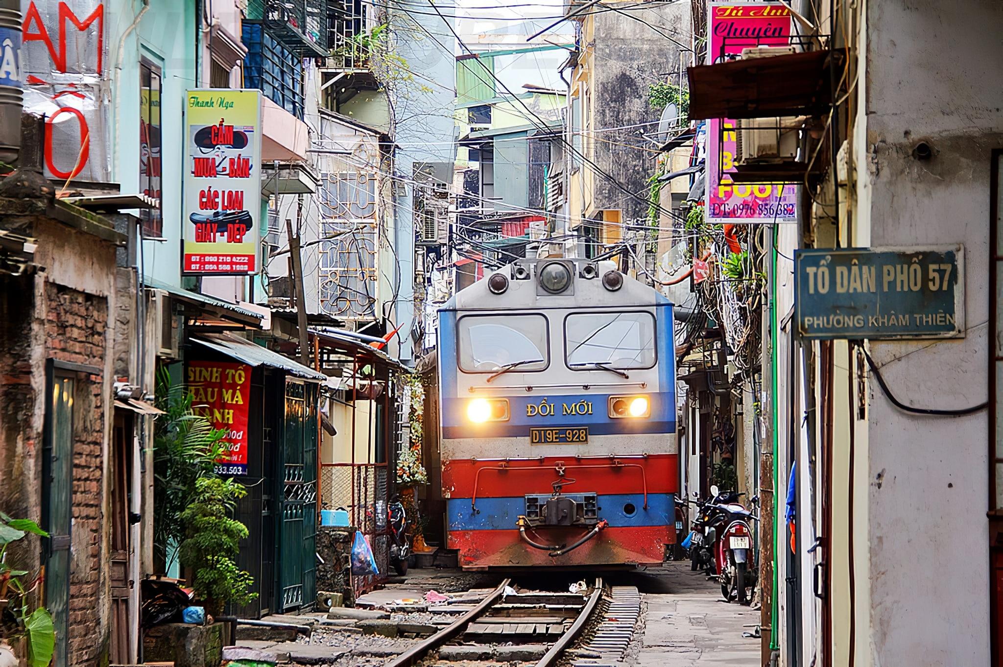 A Hanoï, un train rase les murs de ruelles étroites