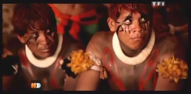 Des indiens d'Amazonie regardent pour la première fois des images de notre civilisation