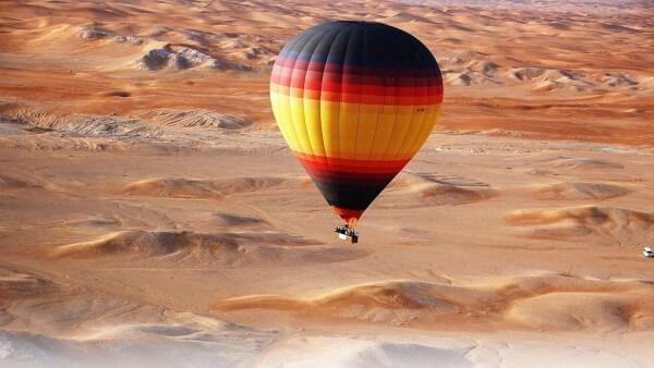 Survol du désert de Dubaï en montgolfière au lever du soleil