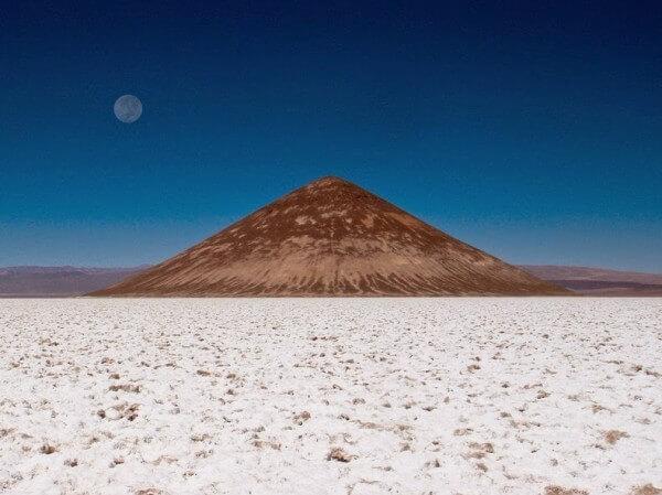 Le Cône d'Arita dans le Salar d'Arizaro en Argentine
