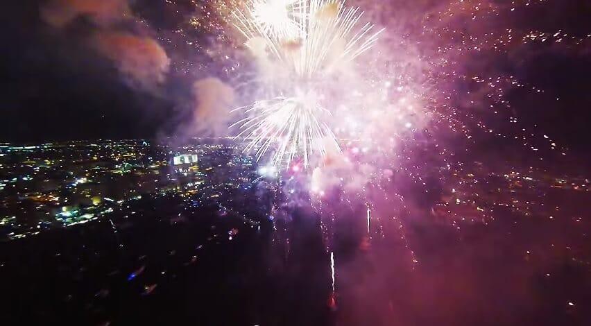 Un drone filme le cœur d'un feu d'artifice