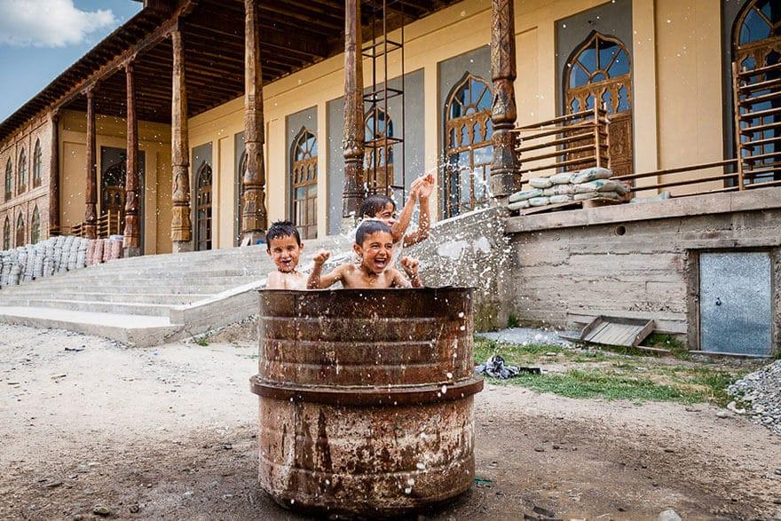 Enfants jouant dans le monde