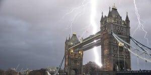 foudre éclairs orage sur les monuments célèbres, Tower Bridge Londres