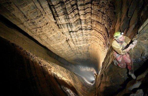 Le gouffre de Krubera, la cavité naturelle la plus profonde au monde