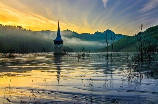 Geamăna, un village roumain inondé par un lac toxique