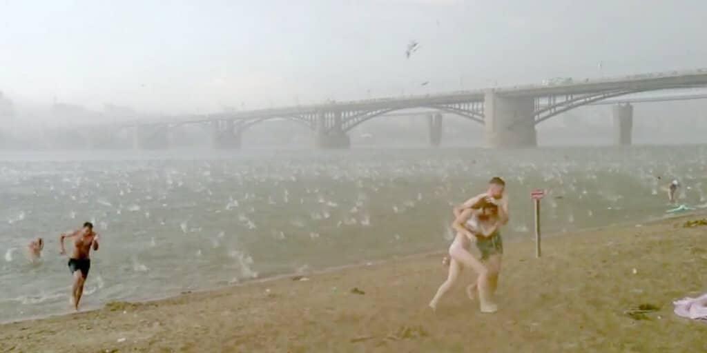 Un orage de grêle s'abat soudainement sur une plage russe