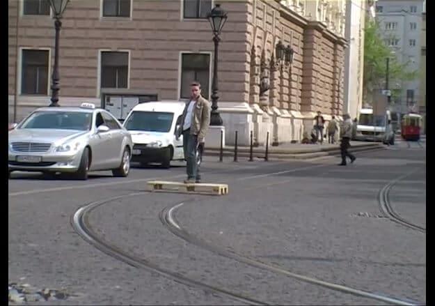 Il parcourt Bratislava sur une palette le long des rails d'un tram