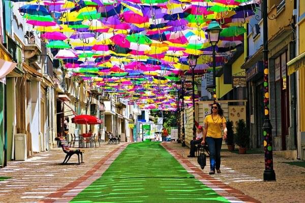 Des centaines de parapluies flottent au-dessus des rues au Portugal