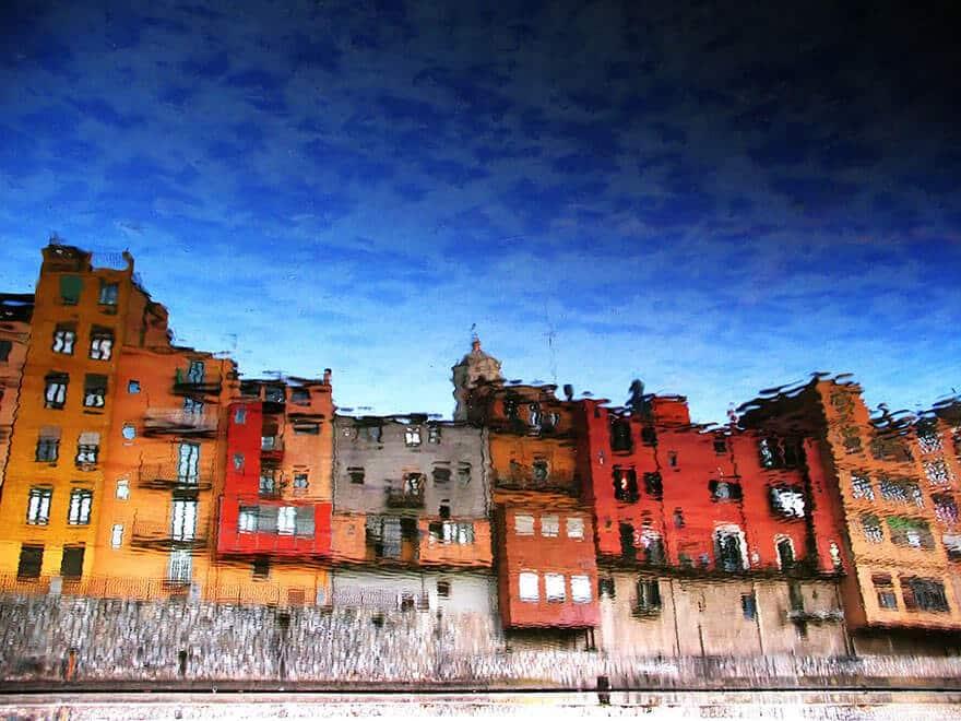 Reflet de maisons colorées à Girone, Espagne
