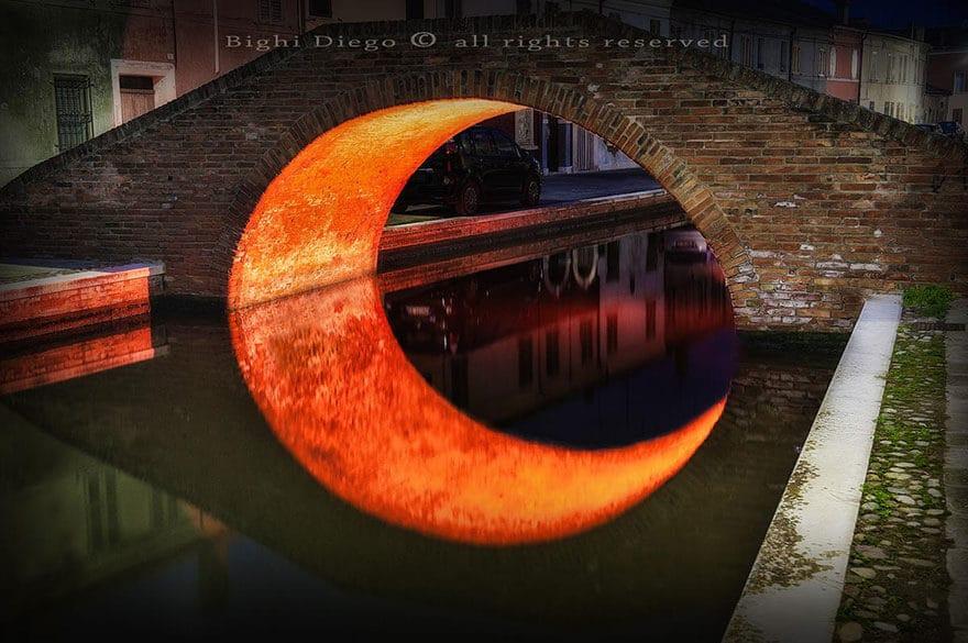 Reflet d'un pont à Comacchio en Italie