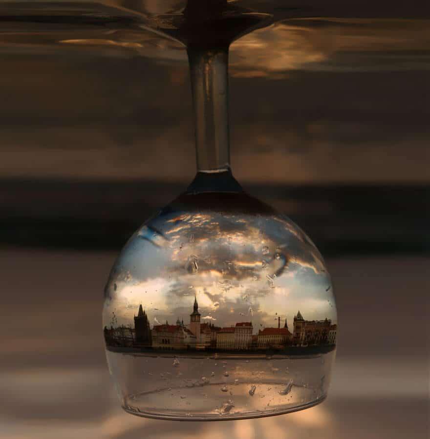 Reflet de Prague dans un verre à vin