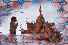 Reflet d'un temple, avec prière en Asie