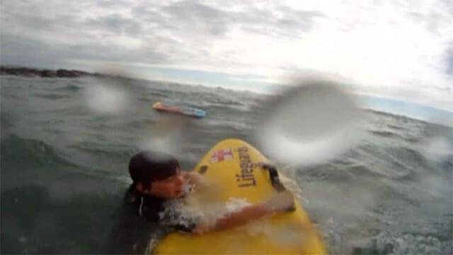 Un sauveteur en mer secourt un enfant d'un courant d'arrachement