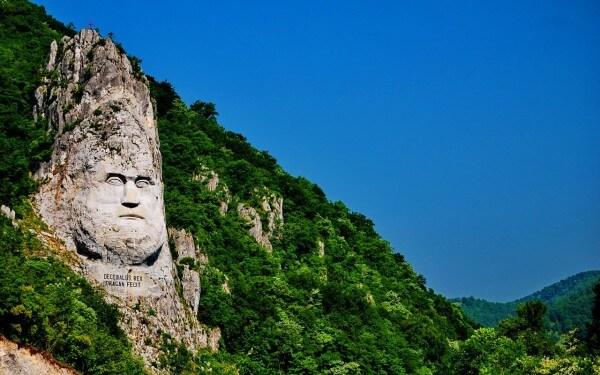 La statue du roi Décébal sur la frontière roumano-serbe