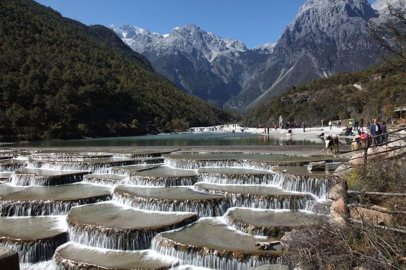 Terrasses d'eaux blanches de Baishuitai en Chine