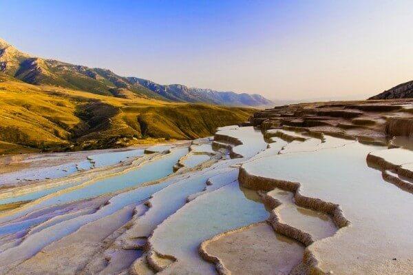 Les terrasses naturelles de Badab-e Surt en Iran