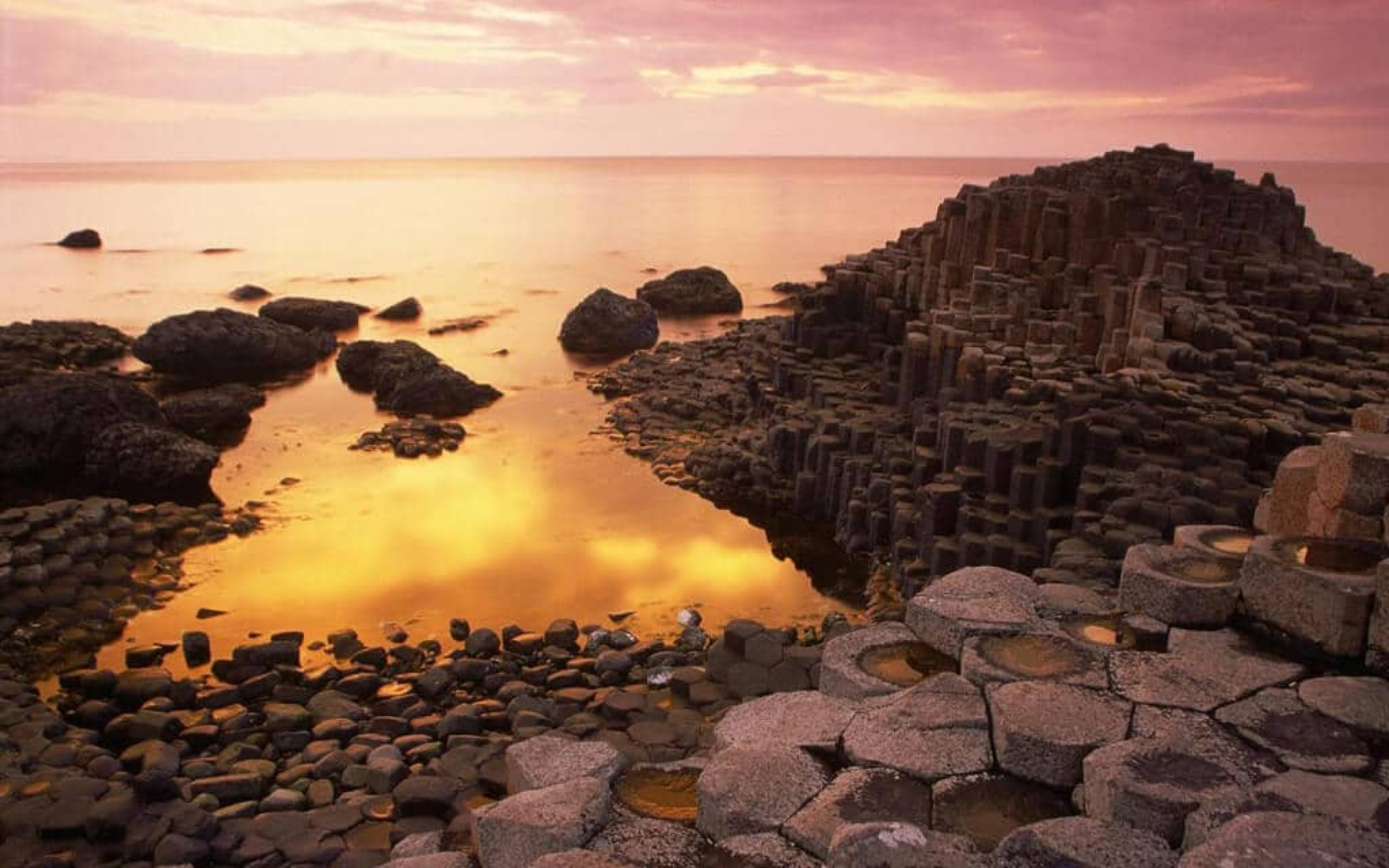 Coucher de soleil sur la Chaussée des Géants, Belfast, Irlande du Nord
