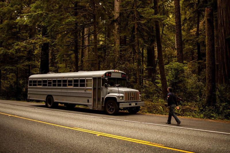 Un étudiant retape un vieux bus et part en road trip aux USA