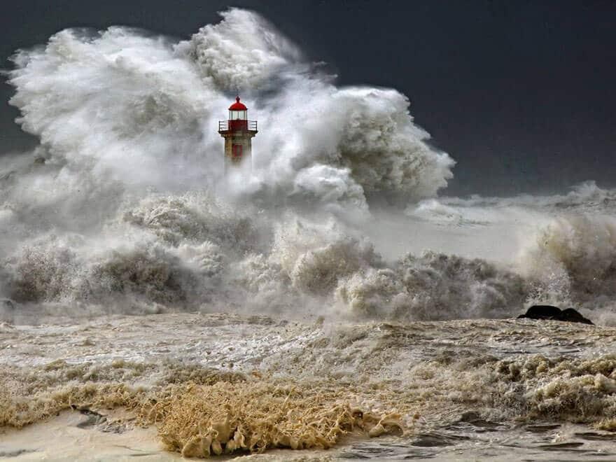 Le phare de Foz do Douro sous la tempête, près de Porto, Portugal