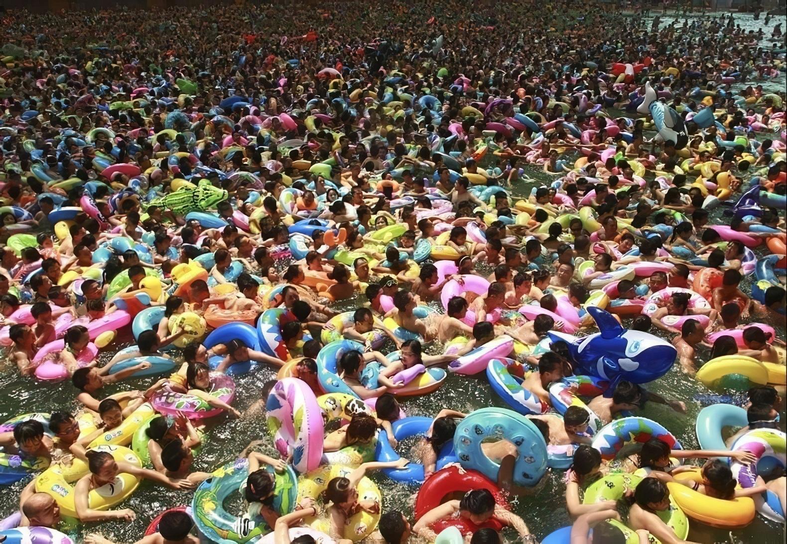 Piscines bondées en Chine, eau sale, trop de baigneurs