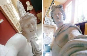 Des statues prennent des selfies dans un musée