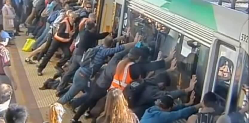 Des passagers libèrent un homme coincé par un train à Perth