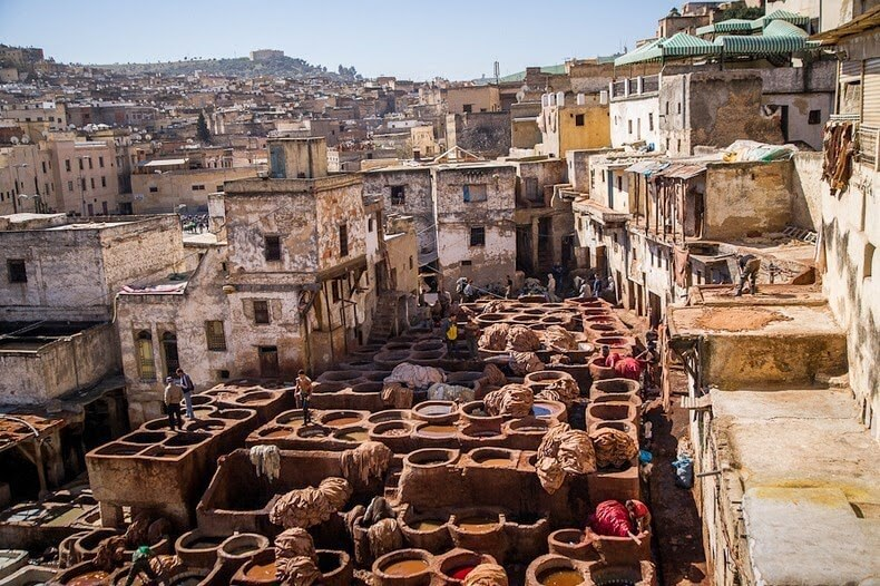Tanneries traditionnelles dans la médina de Fès au Maroc