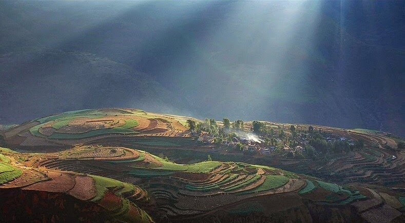 Terrasses de terres rouges et ocres de Dongchuan en chine