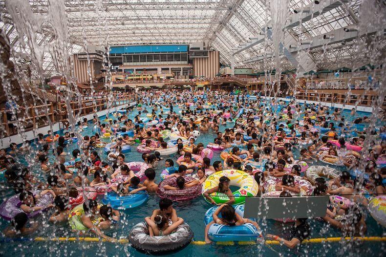 Tokyo Summerland, piscines bondées, monde