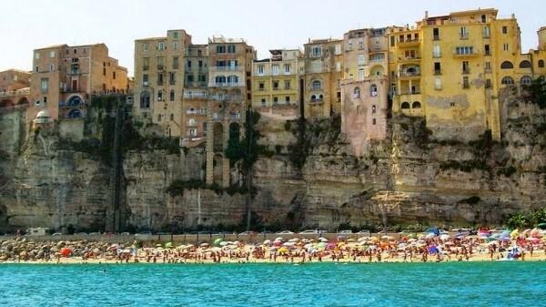 La petite ville à flanc de falaise de Tropea