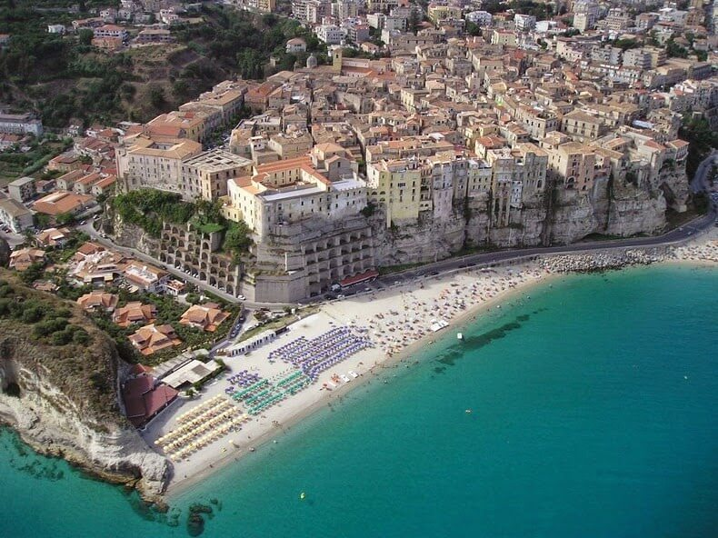 La petite ville flanc de falaise de tropea for Piscine falaise