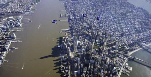 Wingsuit dans le ciel new-yorkais