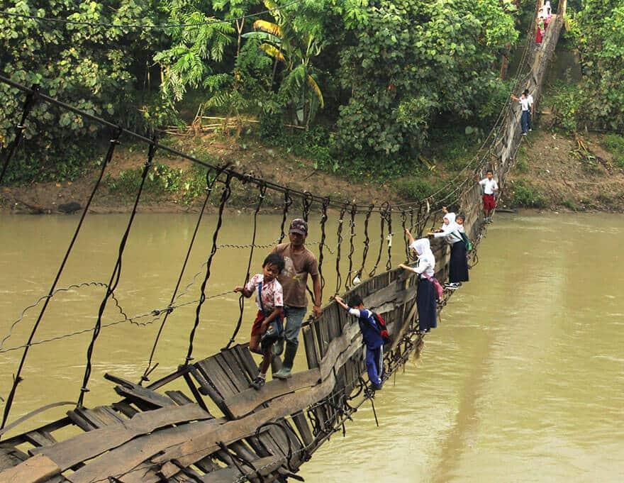 Enfants défavorisés qui vont à l'école chaque jour sur des chemins dangereux et compliques dans le monde