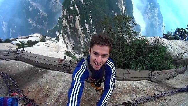 Au bord d'une falaise de 1000 m, sans harnais !