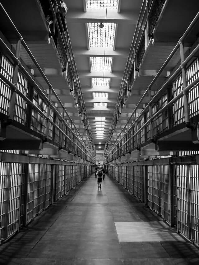 Cellules de la prison d'Alcatraz, photo en noir et blanc