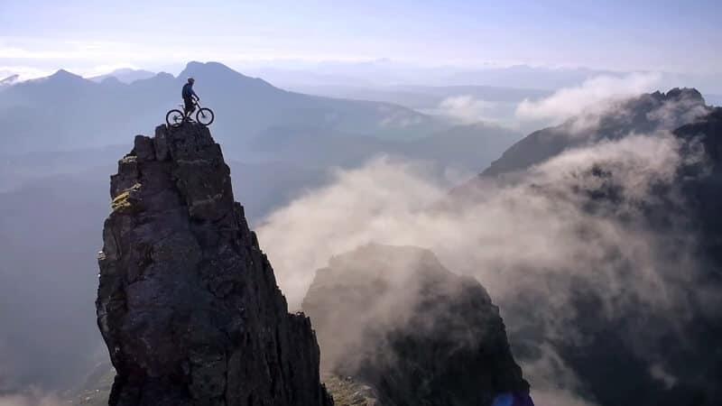 Le trialiste Danny MacAskill nous impressionne sur son île natale de Skye