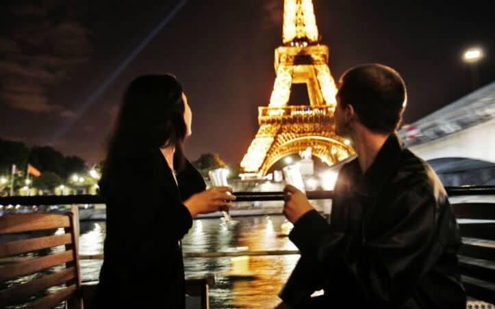 Dîner en amoureux sur la Seine au départ de la tour Eiffel, Paris