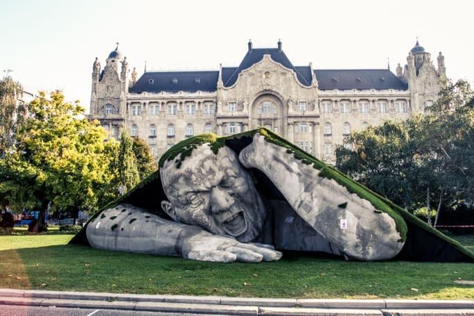 Une sculpture géante surgit de terre à Budapest