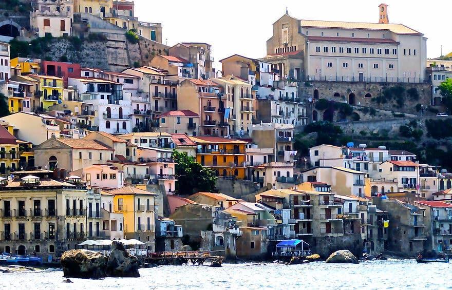 Villages et villes construits à flanc de falaise les plus spectaculaires au monde