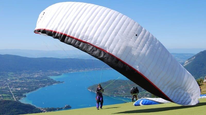 Survolez le lac d'Annecy en parapente cet été