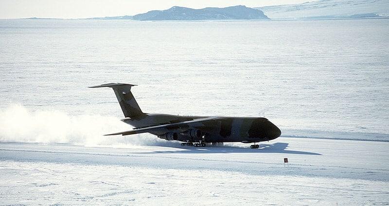 Aéroport piste de glace sur la banquise base antarctique McMurdo