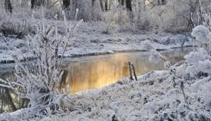 Rivière gelée, hiver, neige