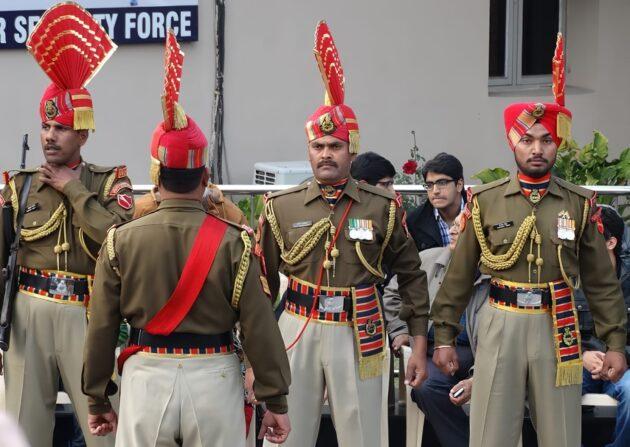 Inde-Pakistan : la cérémonie de fermeture de la frontière