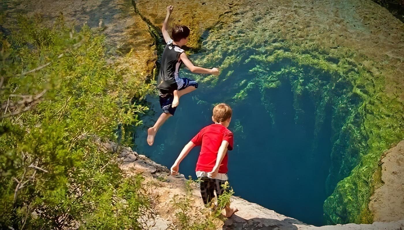 Le Jacob's Well au Texas, un puits naturel qui attire les plongeurs