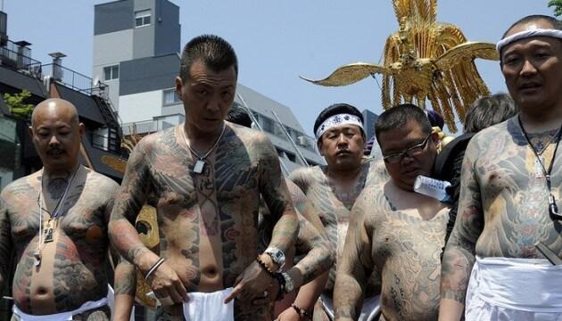 À Tokyo, le Sanja Matsuri fête les yakuzas