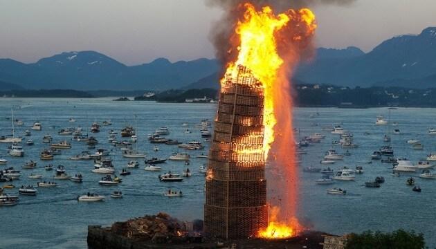 L'impressionnant feu de la fête de la Saint Jean à Alesund