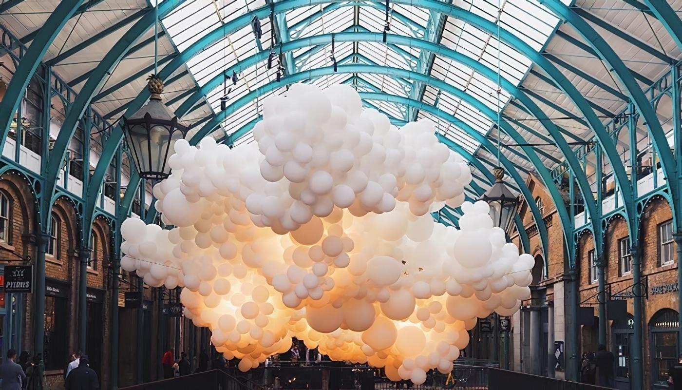 À Londres, 100.000 ballons flottent au Covent Garden Market